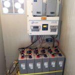 vue sur regulateur convertisseur et batteries