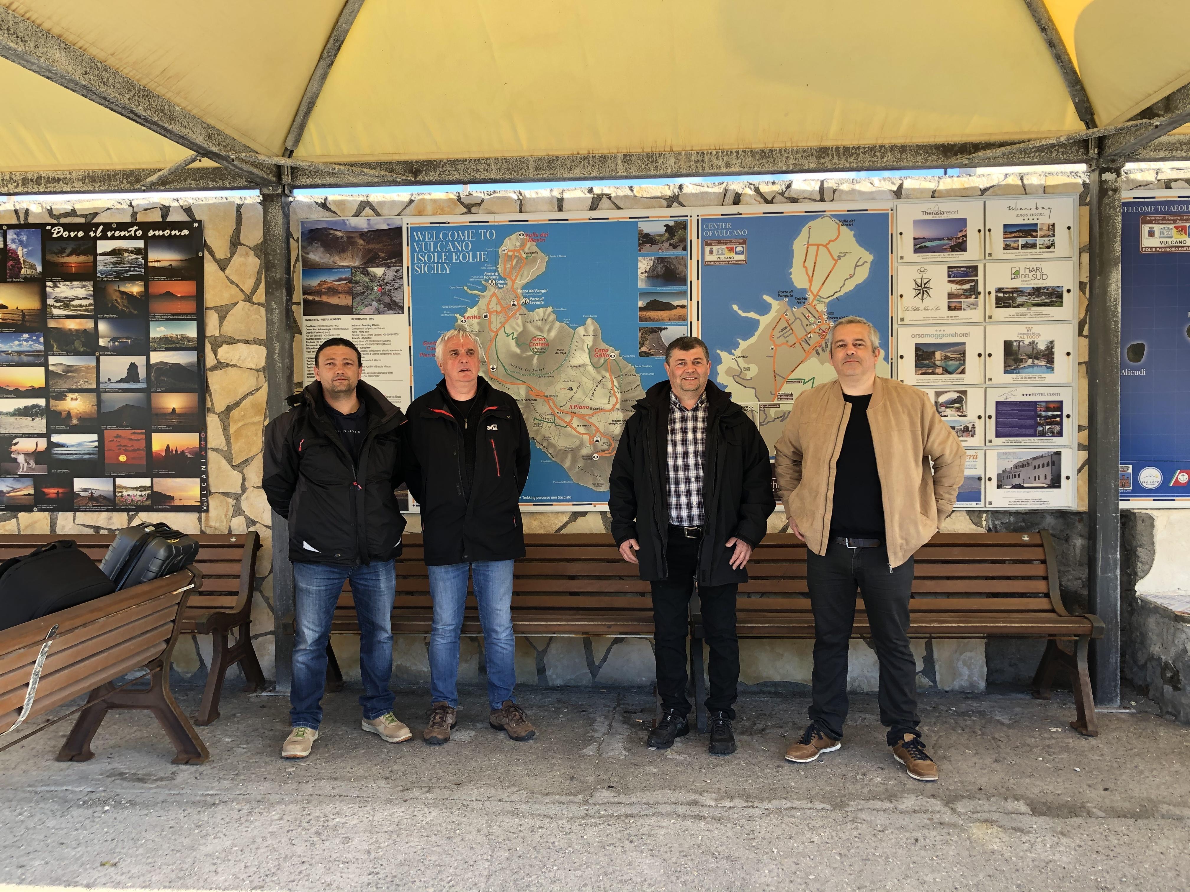 L'équipe en charge de l'installation électrique solaire sur l'Ile Vulcano