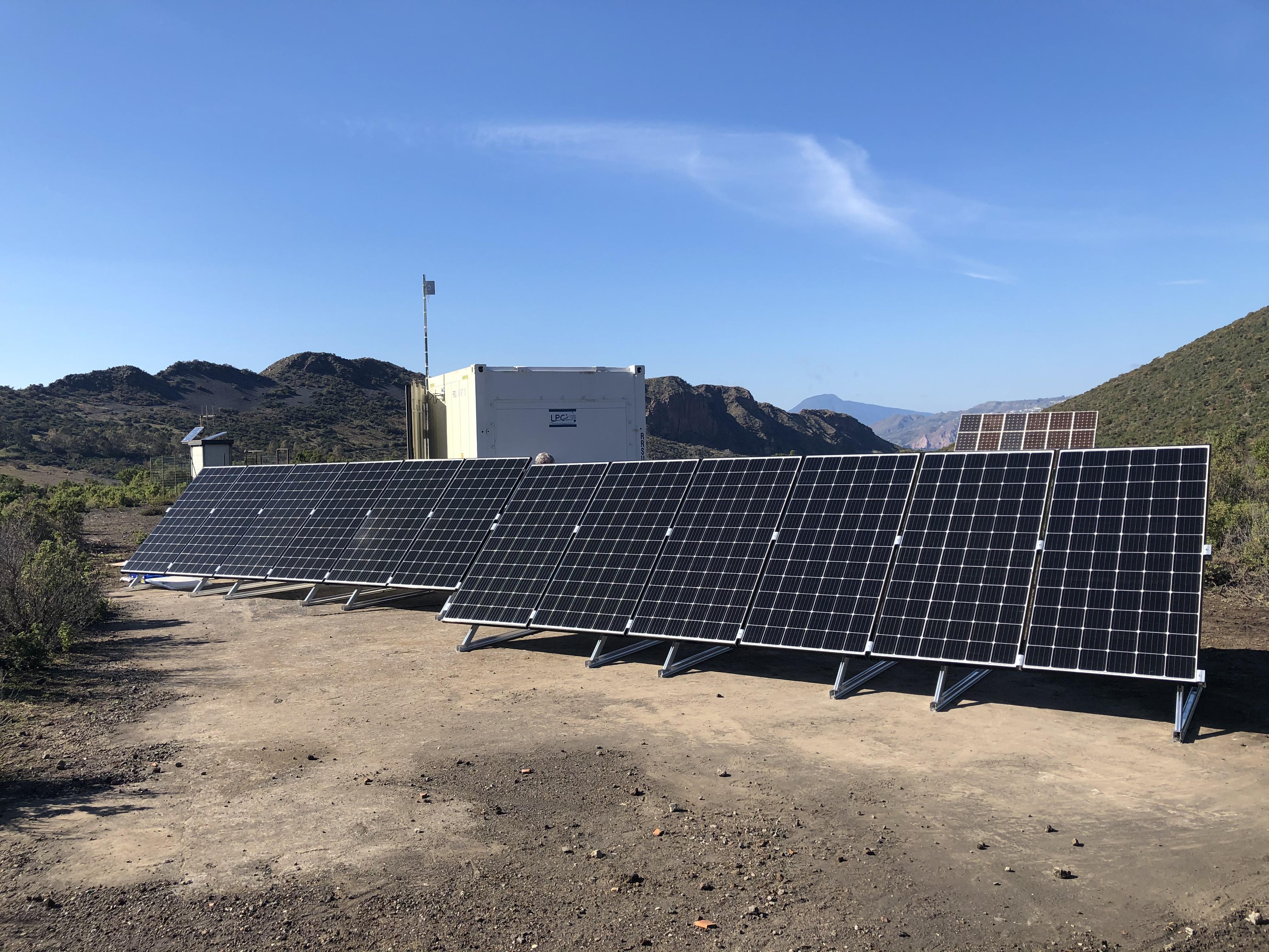 Installation des panneaux solaires qui ont servit à l'alimentation électrique du projet